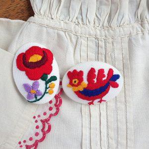 ハンガリー刺しゅう ブローチキット オーバル 鳥とバラの2種類が作れます。