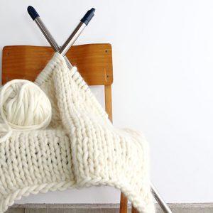 海外でも人気なチャンキーニットに最適な毛糸です。 羊の毛をそのまま毛糸にしたような糸を作りました。物干し竿で編んでも良いですよ。