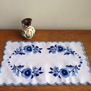ハンガリー刺しゅう シックなカロチャのテーブルセンターキット 2色で大人っぽい刺しゅうです。