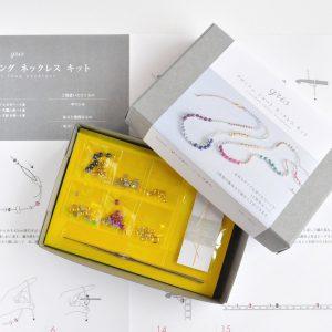 Yofiさんデザイン、様々なビーズを編んでネックレスを作ります。