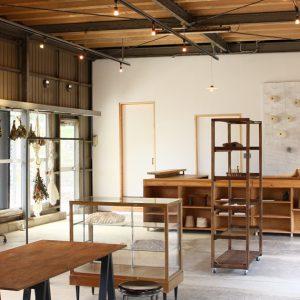 AND WOOL店内の写真です。静岡県の茶畑に囲まれた店舗にて活動しています。 近くにはSL汽車も走っていて観光にも良いところです。 もしも静岡にいらっしゃる機会があれば お気軽にいらしてください。