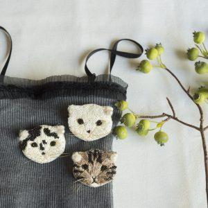 Cotohaさんデザイン、オートクチュール刺繍のネコブローチキット。