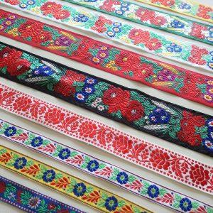 チェコ製の飾りテープ チェコ、ハンガリー、ルーマニアの民族衣装に使われているテープです。 バッグやポーチに縫いつけてもかわいいです。