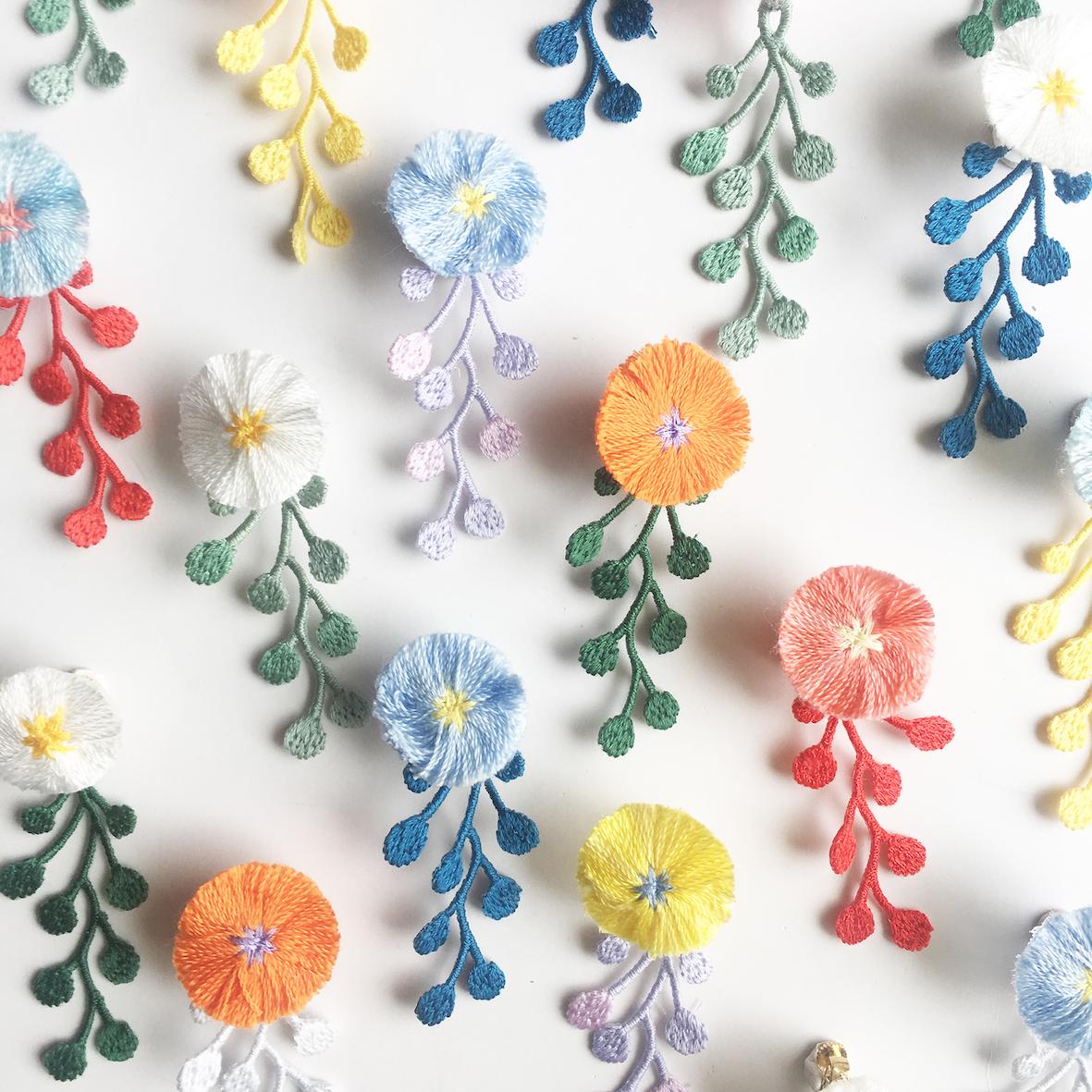 ふわふわのお花と雨粒のレースの片耳ピアスとイヤリング。 カラーリングも豊か。