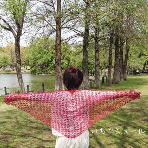 コリドーニッティングオリジナルのいちご柄を取り入れた三角ショールの編み物キット。(毛糸1コーン+レシピ)糸はハードマンズ社のリネン100%。