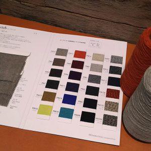 カシミヤ80%セーブル20%の毛糸。使用毛糸は、高級毛皮に使用されるセーブルの毛と高級素材の代名詞でもあるカシミヤをブレンドした糸です。カシミヤの柔らかい風合いを感じられるのはもちろんのこと、セーブルのふわっとしたヘアリー感がより柔らかさと暖かさを相乗させています。