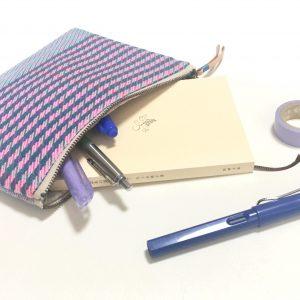見た目よりたくさん入ります。化粧ポーチ以外にも文庫本や筆記具、通帳ケースにも便利です。