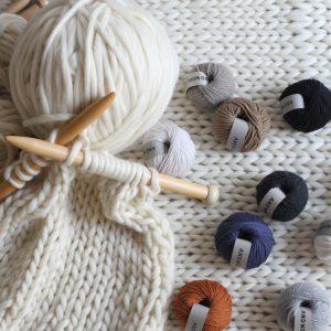 AND WOOLでは、日本国内やイタリアの熟練された糸メーカーさんとモノづくりをしています。