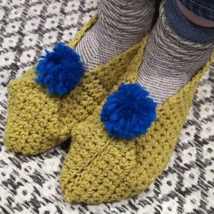 カラフルなポンポンがついたルームシューズの編み物キット。(毛糸2玉+ポンポン用毛糸+レシピ) 編み方はとても簡単! 鈎針を使用し、細編みでまっすぐ長方形に編むだけ!編物が得意な方は片方30分ぐらいで編めます。