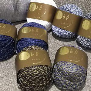 リネン70%ポリエステル30%の糸。デニムの雰囲気の色合いが夏のニットアイテムにオススメ。リネンと機能性ポリエステルをブレンドした糸をリリヤーンに加工。リリヤーンは糸の中が空洞になるので、ニット作品を軽く仕上げることができます。リネンの持つ、清涼感とポリエステルの吸水速乾性がくわわった糸。 通気性もよく早く乾くメリットもあるので春夏のニット作品に最適です。