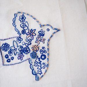 「刺繍CAFE」のキットの完成見本。「刺繍CAFE」のワークショップでは、イラストレーターたちが描いた図案をプリントした布に、自由に刺繍を加えて楽しみます。いろいろなイラストのキットがあります。