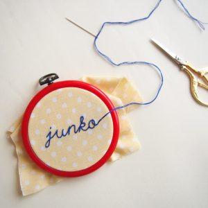 刺繍のお名前ラベルを作るためのキット。刺繍枠、糸、針、作り方など、必要な材料が全て揃っています。刺繍の初心者向け。
