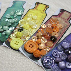 様々な形やサイズのプラスティックボタンのセットです。