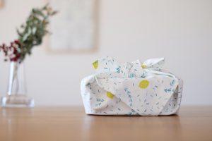 爽やかなローズマリーとレモンの柄のランチクロスです。お弁当包みやテーブルの敷物に、かごバッグの目隠しなどにもお使いいただけます。