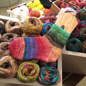 編むだけでカラフルな靴下が作れます