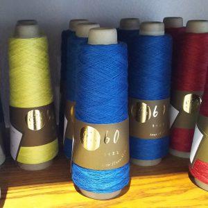リネン100%の糸。リネンの代名詞ともいわれるハードマンズ社で紡がれるリネン100%素材。ハードマンズ社は1835年創業の欧米を代表する伝統あるリネン紡績メーカーです。培われたリネン紡績の技術と品質の良さは欧米をはじめ世界中から高い評価を得ています。リネンは肌に優しく、サラッとして爽やかな清涼感が大きな特徴です。また、通常のリネンと比べ、ナチュラルなスラブ感が少なく、綺麗なストレート糸に上がるため、目面の美しい編地に仕上げることができます。