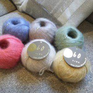モヘア70%シルク30%の毛糸。天然繊維全体でおよそ3%しか取れない希少なアンゴラ山羊の毛がモヘアの原料となります。ウールに比べ、毛のクリンプ(毛の縮れ)が少なく、キューティクルが小さく滑らかで揃っているため、光沢と繊維にコシがあります。また、このような毛羽がでている毛糸を「タムタムヤーン」と言います。そのモヘアをタムタムヤーンに加工する際の芯になる部分にシルクを使用しています。モヘアの自然な光沢からのぞくシルクの強い光沢が、上品かつ高級感を演出し、豊かな表情を生み出しています。