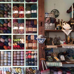 ヴェアルセ店内の毛糸棚、こちら毛糸ラインナップで出店させて頂きます!
