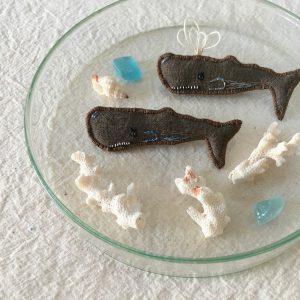 今回の新しい仲間、クジラのブローチ。柿渋ブローチの中でも大きめサイズです。