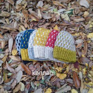コリドーニッティングオリジナルの編み込み柄がかわいいニット帽の編み物キット。(毛糸2玉+レシピ)糸はウール100%(英国羊毛混) 弾力性の強いウール繊維を甘撚りに仕上げたスラブヤーン。ウールの柔らかさと保温性はニット帽に最適。