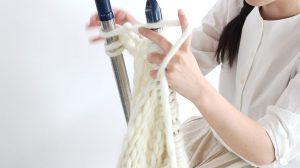 海外でも人気なチャンキーニットに最適な毛糸です。羊の毛をそのまま毛糸にしたような糸を作りました。物干し竿で編んでも面白いですよ。