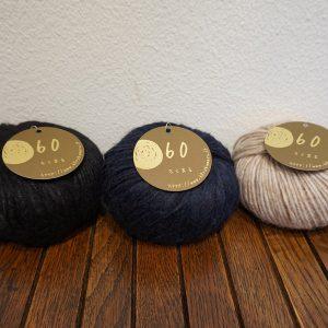 ウール51%ナイロン36%アルパカ13%。空気を多く含んだ空気のように軽い糸を使っています。羽毛布団が暖かいのと同じように空気が多く含まれる糸はとても暖かいです。