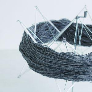 メリノウールに少しだけ撚りをかけたとても軽くて柔らかい毛糸です。糸の軽さを出すために、使用している羊毛は手編み糸に最適とされるクリンプ(毛の縮れ)の強い南米のウールを使用しています。