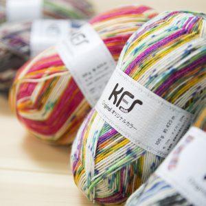 明るくポップな色ながらシックで落ち着いた色まで。編む楽しみの詰まった色合いの毛糸。 KFSカラーの中でも一番人気の定番シリーズ。 「サーカス」「ランデブー」「ロリポップグリーン」「ワインレッド」「アイスランドロピー」 「ライラック」「赤ずきんちゃん」「遊園地」「アットホーム」