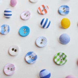 ハンカチのはぎれを使って作成したボタン 様々な色や形が並びます