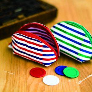 ファスナーが大きく開き、出し入れがしやすいです。鞄の中で見失いがちな鍵やピルケース、イヤフォンコード入れにもぴったりです。
