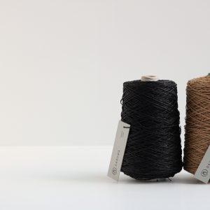 SASAWASHIの200g巻です。SASAWASHIは標高1000m以上にのみ群生するくま笹を原料に した和紙の糸。天然素材ならではの自然な風合いと和紙の品のよい光沢が肌に馴染み ます。