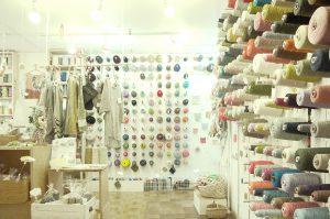 吉祥寺店の店内のようす、シンプルな糸からちょっと変わった個性的な糸まで ところ狭しとならんでいます。