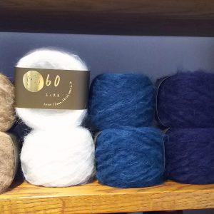 """スーリーアルパカ70%ウール30%の毛糸。アルパカの中でも10%と言われる希少な品種""""スーリーアルパカ""""をご存知ですか?スーリー種は通常のアルパカよりも更に標高の高い地域に生息しているため、その毛足は大変長く育ちます。この毛糸は、そんなスーリー種を贅沢に使用し、より風合いを肌で感じて頂けるよう太番手に紡績しました。これまでに触れたことのないようなアルパカの風合いを存分にお楽しみください。"""
