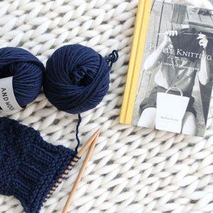 海外でも人気なチャンキーニットに最適な毛糸です。 羊の毛をそのまま毛糸にしたような糸を作りました。ラグを編むのも素敵です。