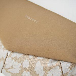 一見革のようにも見える滑らかな肌触りの飾りフラップは エレガントなイメージを代表する「デ・シン」という生地を使用しています。 中は硬い芯に綿を重ねているので優しい触り心地になっています。