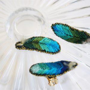 羽根のブローチ