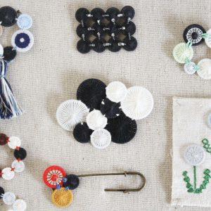 糸ボタンでこんなアクセサリーが作れます。ボタン同士を糸で縫って繋ぐだけです。お好きな色で、お好きな形に。