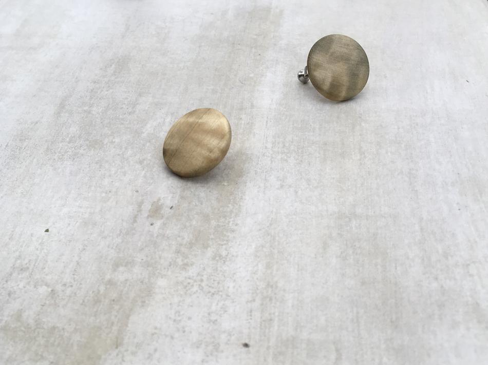 tsuki pierce / earring (木の個性的な模様を生かしたシリーズ。トチとカバの木で展開。)