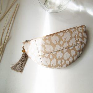 裏面はポケットティッシュを収納できるようになっており、 コスメや細々した小物の他、鞄の中で散らばりがちなポケットティッシュもスマートに持ち運べます。