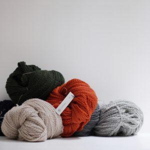シェットランド・シープから作った毛糸です。冬の寒さが厳しい過酷な環境で育つの で、毛質は弾力性、耐久性に優れています。洗う度に柔らかく馴染んでいくので、長 く大切に使えるアイテムを作るのにぴったりな毛糸です