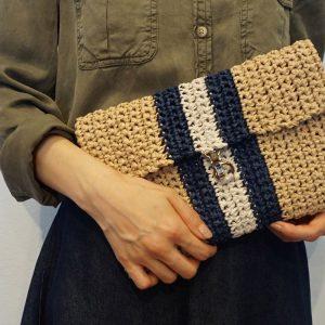 """針葉樹からつくられる天然撚糸""""和紙""""を使った糸でつくるクラッチバッグの編み物キット。(糸+レシピ+チェーンなどのパーツ込)ストライプの配色が上品な印象を与え、夏らしい爽やかな色合いを演出。コーディネートのアクセントにも最適なバッグです。付属のチェーンの止め方で、ショルダーバッグとして使用できます。"""