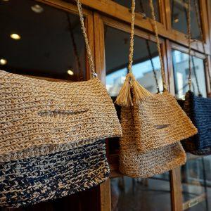 ショルダーバッグ・クラッチバッグなとマルチに使えるクラッチバッグの編み物キット。(糸+レシピ+チェーンなどのパーツ込)糸は和紙100%。とても軽くハリのある和紙はクラッチバッグに最適。