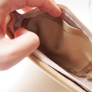 内側のポケットからティッシュを収納できます。