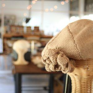 オーガニックコットンで編んだベレー帽子です。布博で販売致します。 ご希望の方には、刺繍を入れるサービスも行います。