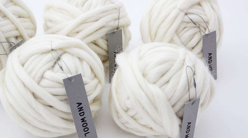 海外でも人気なチャンキーニットに最適な毛糸です。羊の毛をそのまま毛糸にしたような糸を作りました。