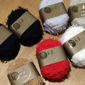 ウール88%ナイロン22%の毛糸。モール部分をウールで作ったモールヤーン糸。毛皮のような編地がつくれます。