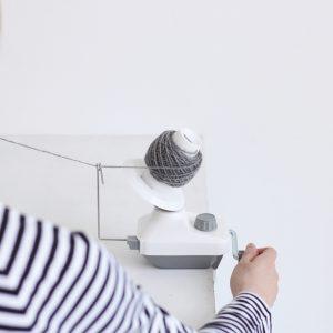 かせ糸を玉巻きにする時に便利な玉巻器。モノトーンのすっきりとした配色でインテリアにもなじみます。扱いやすく丈夫で、スムーズに糸を巻き取ることが出来ます。
