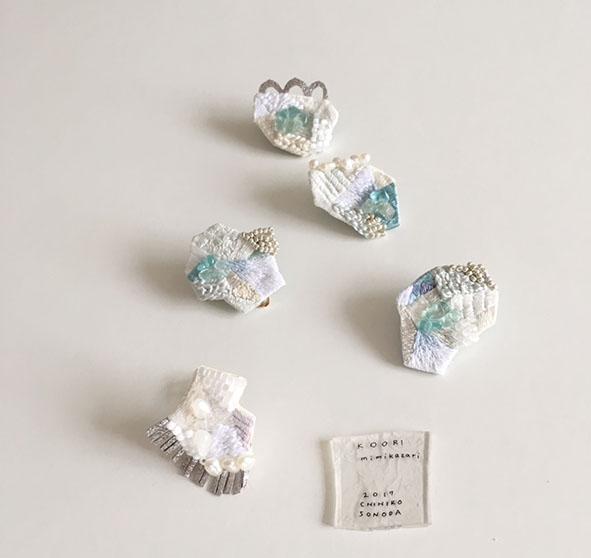 •タイトル:KOORI/片耳タイプの耳飾りです。 蝶バネタイプのイヤリングです。素材は真鍮。ゴム製のカバー付きです。 シルク、アパタイト、水晶など使用しています。
