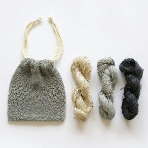 コットンのテープ状の糸で、ハリがあるのでバッグや帽子 を編むのにおすすめ、きんちゃく袋を編んでみました。