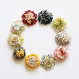 3種類の糸をくるくる重ねるだけであっとゆう間にかわい いお花が作れるキットです。